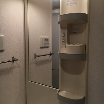 設備も充実です。洗面道具置き場があります。