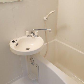 洗面とバスルームは同一に。お掃除が簡単に済ませられるのがメリット!