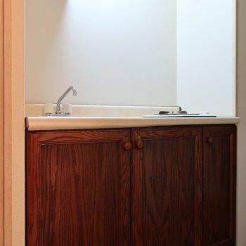 キッチンはまるで家具の一部のような設い。シックで素敵でしょ♪