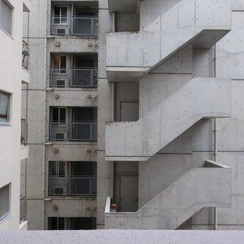 お向かいのマンション、かっこいいなぁ!