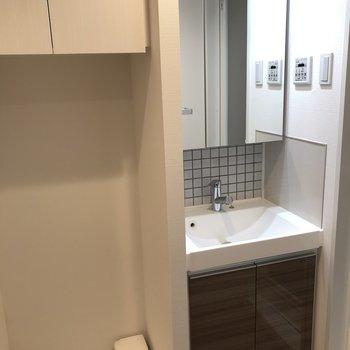 独立洗面台には大きな鏡!※写真は7階の同間取り別部屋のものです。