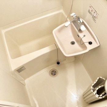 洗面台と浴槽が一緒のスペースに。夜寝る前の支度が一緒にできちゃいますね。