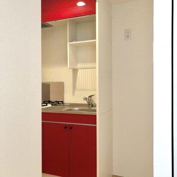 赤色がかっこいいキッチン。冷蔵庫を置くスペースがありますね。