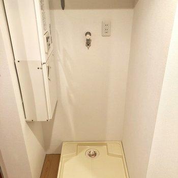 トイレの横に洗濯機置場がありますよ〜。