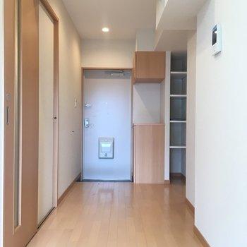 廊下部分がコチラ。玄関が見えますね。