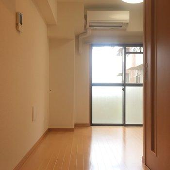 廊下を歩いていけば、この先にキッチンがあります。