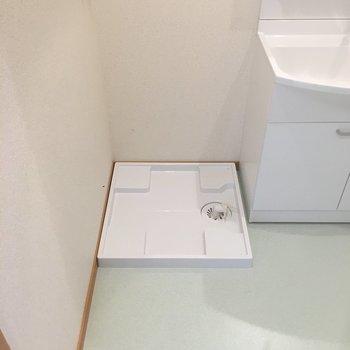 洗濯機置場は洗面台の横にありました。