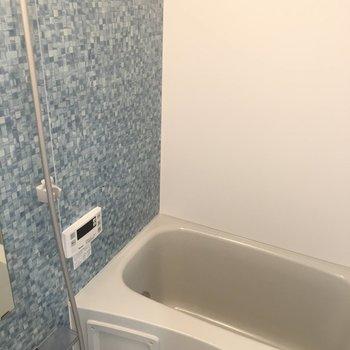 お風呂は壁紙が青で良いですね。