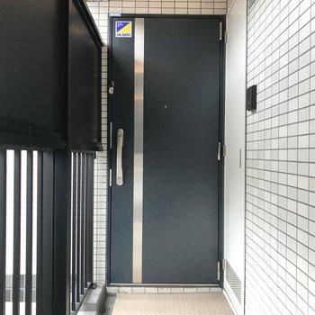 301号室の玄関扉。ブルーブラック