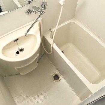 浴槽と洗面台が一緒のユニットタイプです。※写真はクリーニング前のものです。