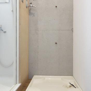 シャワールーム出たところに洗濯機置けます。動線スムーズ!