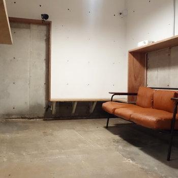 ソファのあるシアタースペース。