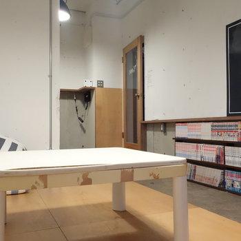 ちょうどいい高さの机ですね。クッションもありますね。