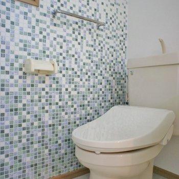 可愛らしいタイル張りのトイレ。※写真は102号室のもの