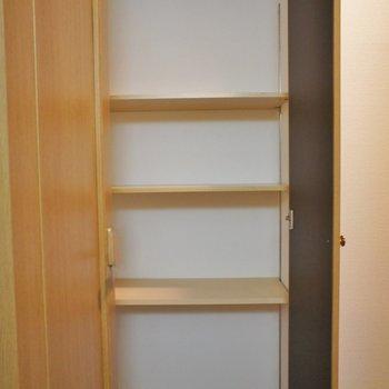 収納は廊下に。※写真は102号室のもの