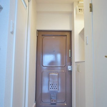 玄関ドアはレトロ感漂います