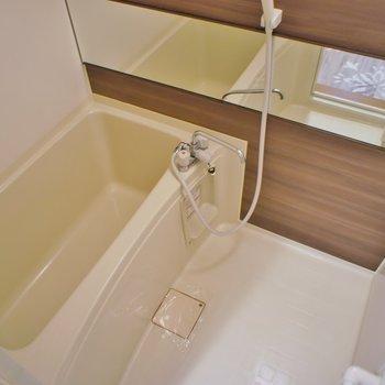 ワイドな鏡が嬉しいバスルーム♪
