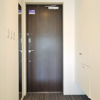 ホテルっぽい玄関。※写真は1404号室のもの