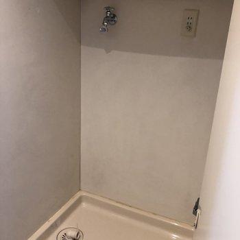 洗濯機置場は扉で隠せる!上に棚もありますよ!