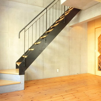 黒くシックな階段とドアのこのデザイン。※写真は同じ間取りの別部屋です
