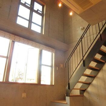 天井が高い!上からのスポットライト。※写真は同じ間取りの別部屋です