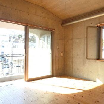 バルコニー側の洋室。日当たりいいなぁ。※写真は同じ間取りの別部屋です