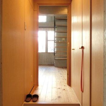 玄関からの眺め。※写真は同じ間取りの別部屋です