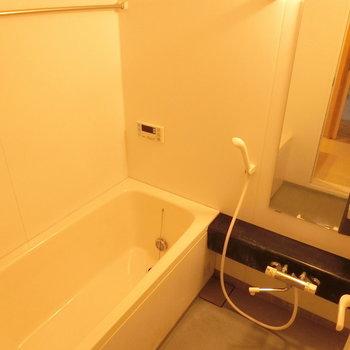 シンプルなお風呂。※写真は同じ間取りの別部屋です