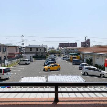 眺望は裏のスーパーの駐車場です。