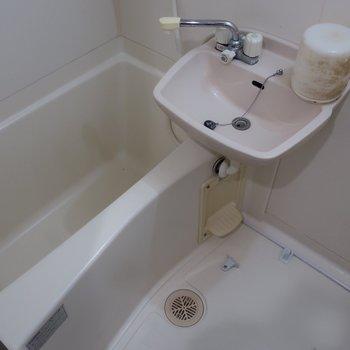 浴室は2点ユニットでコンパクト(※写真はクリーニング前のものです)