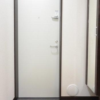 玄関。姿見がありがたい※写真は2階の同間取り別部屋のものです
