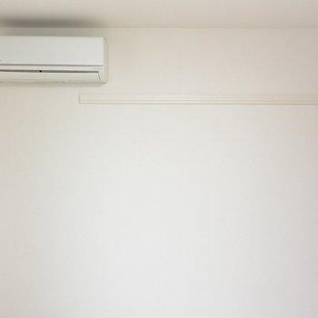エアコン付き!ハンガーがかけられそうですね※写真は2階の同間取り別部屋のものです