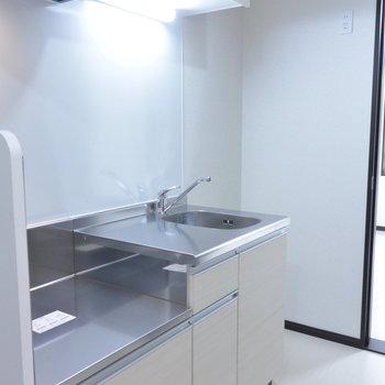 スペースが広いキッチンです※写真は2階の同間取り別部屋のものです