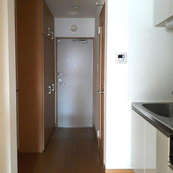 廊下もゆったりめでストレスなく ※照明なしの時のお写真です※写真は2階の反転間取り別部屋のものです。