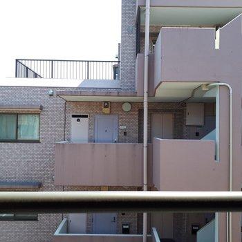 眺望はマンションですが、距離があるので圧迫感はありません。※写真は2階の反転間取り別部屋のものです。