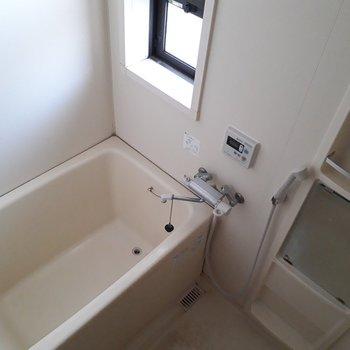 お風呂には窓があってウレシイ◎ ※照明なしの時のお写真です※写真は2階の反転間取り別部屋のものです。