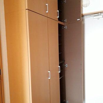 靴箱にとどまらない収納が廊下にズラリ※写真は2階の反転間取り別部屋のものです。
