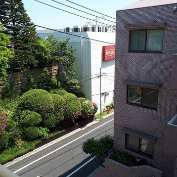 すこし視線をずらせば緑もありますよ〜※写真は2階の反転間取り別部屋のものです。