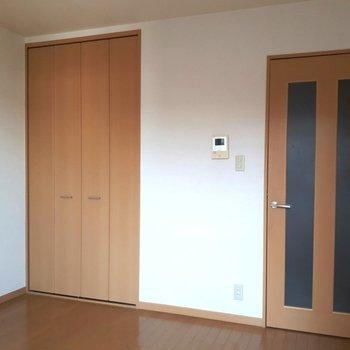 クローゼットとドアの一体感。 ※照明なしの時のお写真です※写真は2階の反転間取り別部屋のものです。