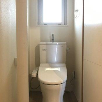 トイレにはしっかりウォシュレットも。奥まっていてちょっと狭めかも。※写真はクリーニング前です。
