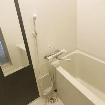 お風呂は1人暮らしには十分な広さ。※写真はクリーニング前です。