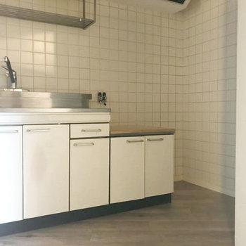 キッチンのタイルがレトロなのも味わい。※写真はクリーニング前です。