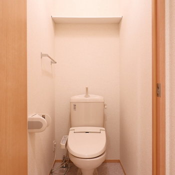 トイレ上に棚がありますね。※写真はクリーニング前