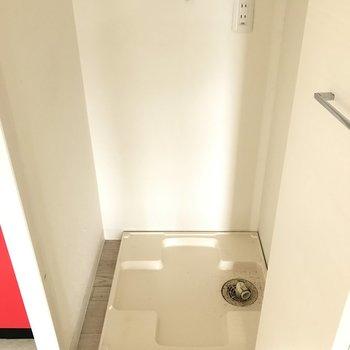 洗濯パンはキッチン横に。扉付きで隠せるのが嬉しい。