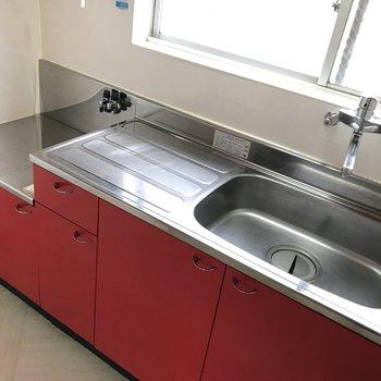 情熱の真っ赤なキッチン!窓があるので自然光を感じながらお料理できちゃう。
