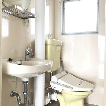 水回りはコンパクトにまとまっています。トイレにはウォシュレットついてるのが嬉しい!洗面の鏡もまんまるでかわいいの♪