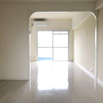 洋室からリビングを眺めてみました。大きなアールのデザインがいい間仕切り代わりに。
