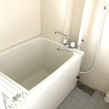 浴室は窓もあって換気もバッチリ!