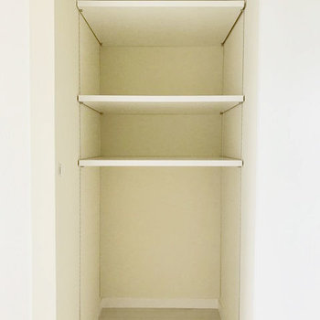 キッチン背面には収納も。食器や食材のストック類を置けそう。