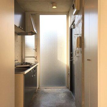 玄関兼キッチンが面白いです。※写真は2階の同間取りの別部屋です。